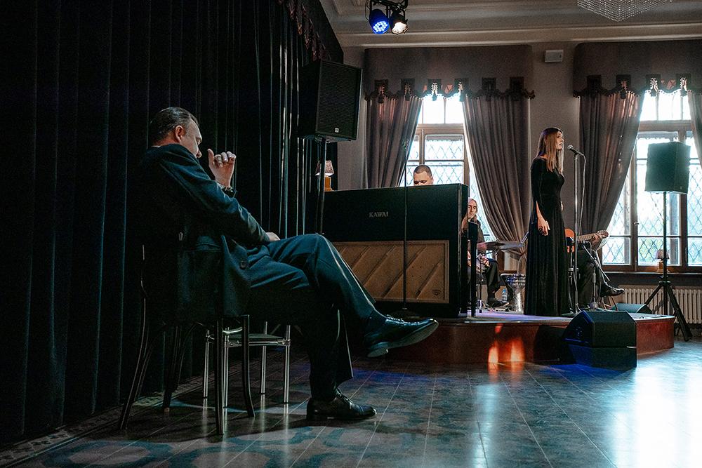 Премьера нового театрального сезона Псковского драмтеатра – спектакль-кабаре «Постой, паровоз!»